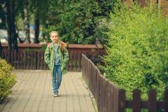 Το μικρό κορίτσι πηγαίνει στο σχολείο Στοκ φωτογραφία με δικαίωμα ελεύθερης χρήσης