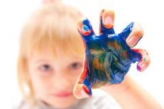 Το μικρό κορίτσι με παραδίδει το χρώμα Στοκ Εικόνα