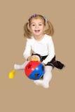 Το μικρό κορίτσι που παίζει με έναν γρίφο σφαιρών Στοκ Φωτογραφία