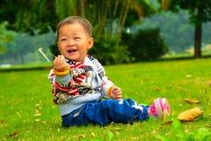 Το μικρό κορίτσι που παίζει το s viridis μόνο (Ασία, Κίνα, κινεζικά) Στοκ εικόνες με δικαίωμα ελεύθερης χρήσης