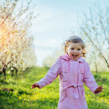 Το μικρό κορίτσι που τρέχει την άνοιξη την ηλιόλουστη ημέρα Επεξεργασία τέχνης Στοκ Εικόνες