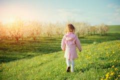 Το μικρό κορίτσι που τρέχει την άνοιξη την ηλιόλουστη ημέρα Επεξεργασία τέχνης Στοκ φωτογραφία με δικαίωμα ελεύθερης χρήσης