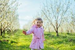 Το μικρό κορίτσι που τρέχει την άνοιξη την ηλιόλουστη ημέρα Επεξεργασία τέχνης Στοκ εικόνα με δικαίωμα ελεύθερης χρήσης