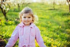 Το μικρό κορίτσι που τρέχει την άνοιξη την ηλιόλουστη ημέρα Επεξεργασία τέχνης Στοκ Φωτογραφίες