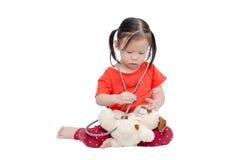 Το μικρό κορίτσι προσποιείται να είναι γιατρός Στοκ φωτογραφία με δικαίωμα ελεύθερης χρήσης