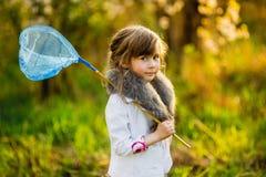 Το μικρό κορίτσι σε έναν κήπο Apple-δέντρων Στοκ Εικόνες