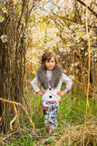 Το μικρό κορίτσι σε έναν κήπο Apple-δέντρων Στοκ φωτογραφία με δικαίωμα ελεύθερης χρήσης