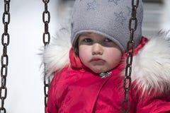 Το μικρό κορίτσι σε ένα κόκκινο κάτω από το σακάκι ήταν και το στόμα της κατσαρωμένος στοκ φωτογραφία με δικαίωμα ελεύθερης χρήσης