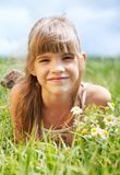 Το μικρό κορίτσι στο πεδίο Στοκ Εικόνες