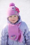 Το μικρό κορίτσι στο ρόδινα μαντίλι και το καπέλο χαμογελά και εξετάζει τη κάμερα στοκ φωτογραφία με δικαίωμα ελεύθερης χρήσης