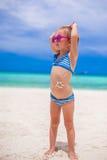 Το μικρό κορίτσι στο στομάχι της χρωμάτισε ένα χαμόγελο από τον ήλιο Στοκ Εικόνες