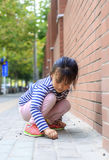 Το μικρό κορίτσι στο υπαίθριο παιχνίδι Στοκ Εικόνα