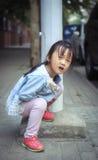 Το μικρό κορίτσι στο υπαίθριο παιχνίδι Στοκ Εικόνες