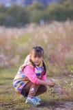 Το μικρό κορίτσι στο υπαίθριο παιχνίδι Στοκ φωτογραφία με δικαίωμα ελεύθερης χρήσης
