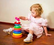 Το μικρό κορίτσι συλλέγει την πυραμίδα στοκ φωτογραφία με δικαίωμα ελεύθερης χρήσης