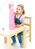 Το μικρό κορίτσι συλλέγει τη ρόδινη πυραμίδα Στοκ φωτογραφίες με δικαίωμα ελεύθερης χρήσης