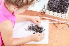 Το μικρό κορίτσι σύρει στην τάξη Στοκ εικόνα με δικαίωμα ελεύθερης χρήσης