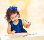 Το μικρό κορίτσι σύρει στον πίνακα με τα μολύβια Στοκ εικόνες με δικαίωμα ελεύθερης χρήσης