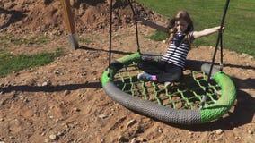Το μικρό κορίτσι ταλαντεύεται στην ταλάντευση φιλμ μικρού μήκους