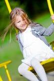 Το μικρό κορίτσι ταλαντεύεται στοκ φωτογραφίες με δικαίωμα ελεύθερης χρήσης