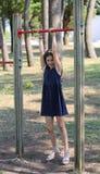 Το μικρό κορίτσι της Νίκαιας έντυσε στο μπλε εκτελώντας την άσκηση exerc Στοκ φωτογραφία με δικαίωμα ελεύθερης χρήσης