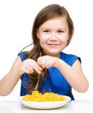Το μικρό κορίτσι τρώει τα μακαρόνια στοκ φωτογραφίες με δικαίωμα ελεύθερης χρήσης