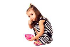 Το μικρό κορίτσι τρώει τις νιφάδες καλαμποκιού Στοκ φωτογραφία με δικαίωμα ελεύθερης χρήσης