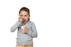 Το μικρό κορίτσι τρώει το γιαούρτι που απομονώνεται στο άσπρο υπόβαθρο Στοκ Φωτογραφίες