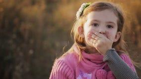 Το μικρό κορίτσι φυσά ένα φιλί στη κάμερα φιλμ μικρού μήκους