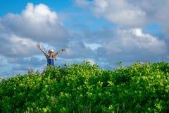 Το μικρό κορίτσι χαίρεται για τη φύση στοκ φωτογραφίες με δικαίωμα ελεύθερης χρήσης