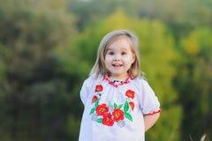 Το μικρό κορίτσι χαίρεται συναισθηματικά Στοκ φωτογραφία με δικαίωμα ελεύθερης χρήσης
