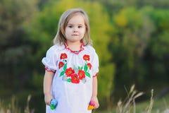 Το μικρό κορίτσι χαίρεται συναισθηματικά Στοκ Εικόνες