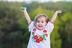 Το μικρό κορίτσι χαίρεται συναισθηματικά Στοκ εικόνα με δικαίωμα ελεύθερης χρήσης