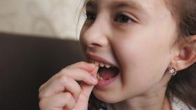 Το μικρό κορίτσι χαλαρώνει το δόντι μωρών στο στόμα μου ότι έπεσε έξω απόθεμα βίντεο