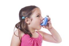 Το μικρό κορίτσι χρησιμοποιεί τον ιατρικό ψεκασμό για την αναπνοή στοκ φωτογραφία