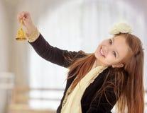 Το μικρό κορίτσι χτυπά το κουδούνι Στοκ Φωτογραφίες