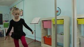 Το μικρό κορίτσι Ballerina που θερμαίνεται φιλμ μικρού μήκους