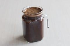 Το μικρό κρύο batch παρασκευάζει την προετοιμασία καφέ ενυδάτωση καφέ στο δωμάτιο Στοκ Φωτογραφίες