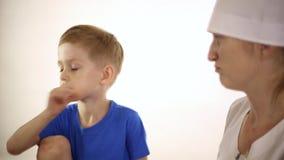 Το μικρό παιδί έχει τον αυστηρό βήχα φιλμ μικρού μήκους
