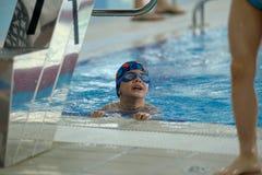 Το μικρό παιδί αναρριχείται από τη λίμνη Στοκ Φωτογραφία