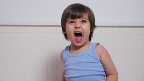 Το μικρό παιδί απαιτεί μια συνεδρίαση γιαουρτιού απόθεμα βίντεο