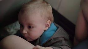 Το μικρό παιδί κάθεται στο πάτωμα κατά τη διάρκεια της πτήσης αεροπλάνων απόθεμα βίντεο
