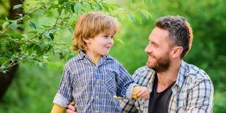 Το μικρό παιδί και ο μπαμπάς τρώνε Όλα είναι περισσότερη διασκέδαση με τον πατέρα Οργανική διατροφή r Διατροφή στοκ εικόνες με δικαίωμα ελεύθερης χρήσης