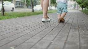 Το μικρό παιδί μαθαίνει να περπατά φιλμ μικρού μήκους