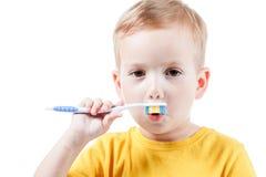 Το μικρό παιδί με ένα μεγάλο mustache στοκ φωτογραφία