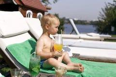 Το μικρό παιδί πίνει ένα κοκτέιλ στοκ φωτογραφίες με δικαίωμα ελεύθερης χρήσης