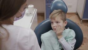 Το μικρό παιδί παραπονιέται οδοντίατρος για τον πονόδοντο απόθεμα βίντεο