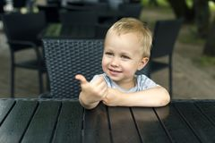 Το μικρό παιδί παρουσιάζει έναν συμπαθητικό στοκ φωτογραφία με δικαίωμα ελεύθερης χρήσης