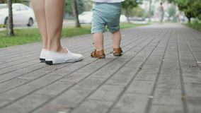 Το μικρό παιδί προσπαθεί να περπατήσει απόθεμα βίντεο