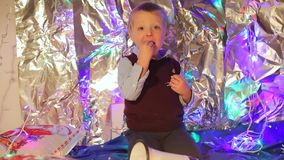 Το μικρό παιδί τρώει tangerine φιλμ μικρού μήκους